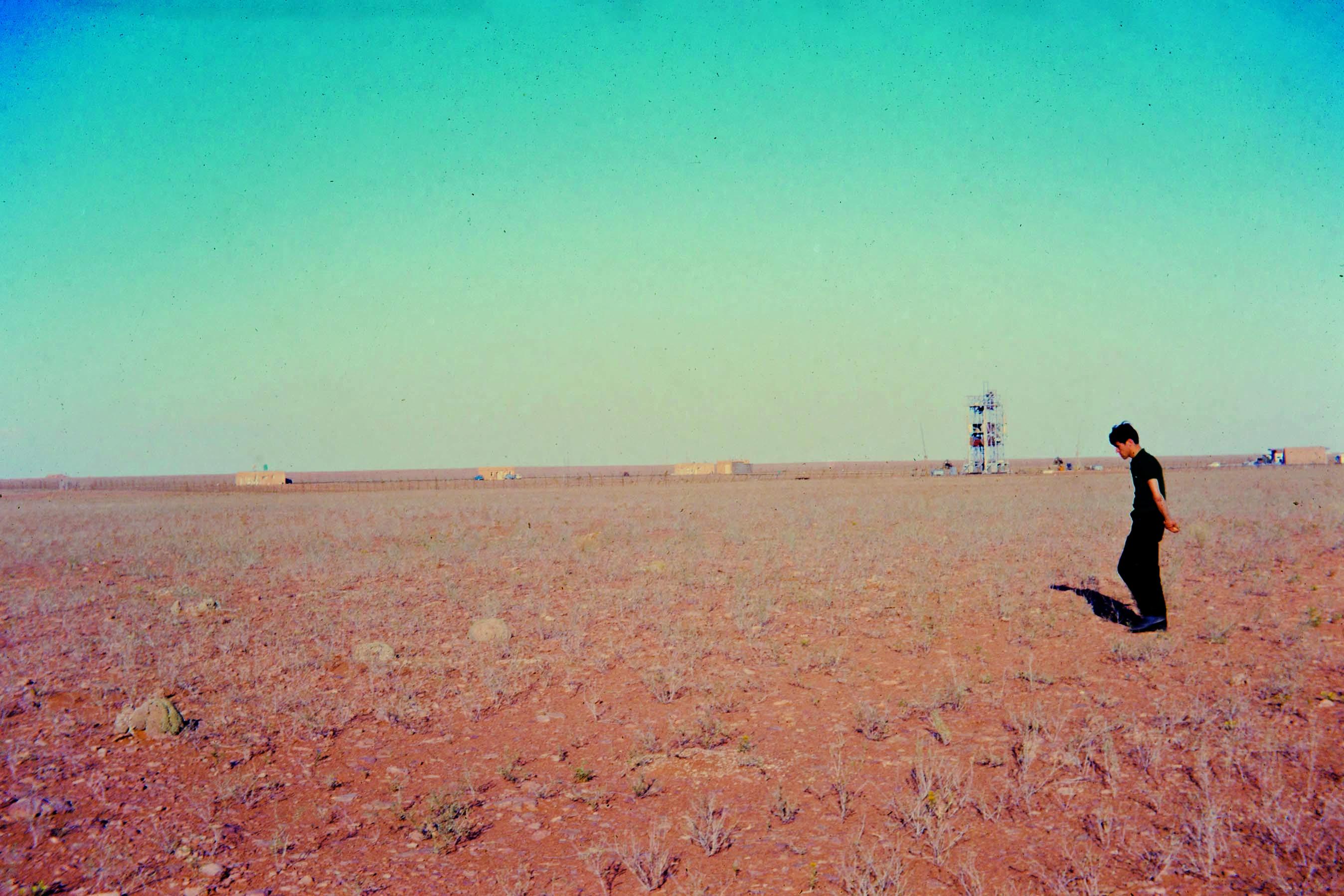 Hammaguir 1967 - Les équipes du LAS et du CNES s'affairent dans le désert pour les préparatifs de leur expérience qui sera lancée avec une fusée Véronique.